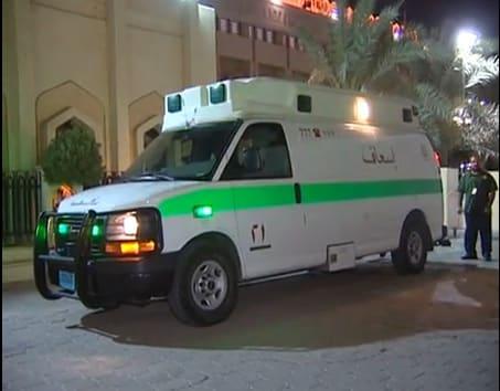 سيارة اسعاف تقف امام المسجد الكبير